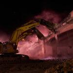 Une ligne de machines creuse dans le pont